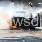 Auto brandt uit midden op de weg in Holsloot