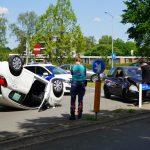 Auto op zijn dak na ongeval op de Laan van Iemenhees in Emmen (video)