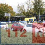 Verkeer in het centrum van Emmen staat vast door een ongeval op de Van Schaikweg. Automobiliste moet mee naar ziekenhuis